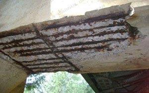 постепенное разрушение несущей бетонной конструкции при развитии процесса коррозии арматуры. Потеря несущей способности строения.