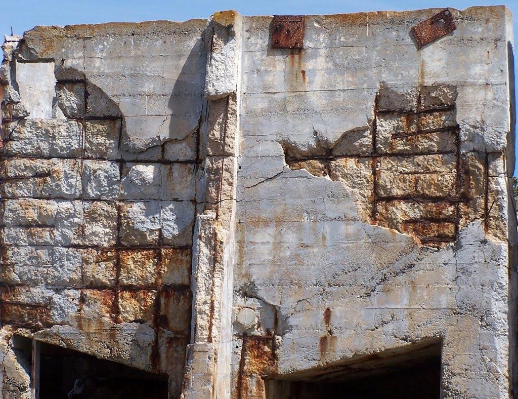 ржавая металлическая арматура в бетоне