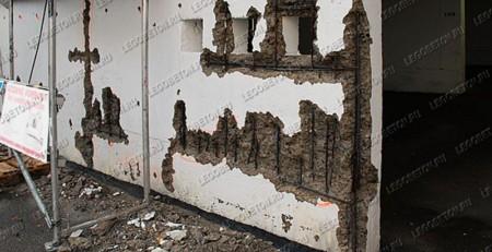финальная стадия коррозии металлической арматуры в несущей стене с разрушением защитного бетонного слоя. Частичная потеря несущей способности стены с необходимостью дорогостоящей реконструкции. Отсутствие фиксаторов защитного слоя арматуры при строительстве.