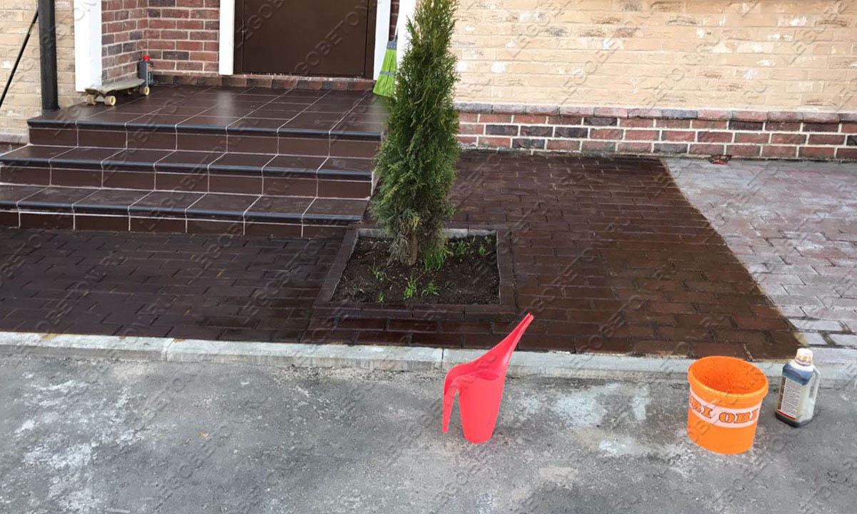 кислотная окраска старой плитки, восстановление цвета тротуарной плитки кислотным красителем