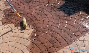 долговечная обработка печатного бетона и тротуарной плитки упрочняющим лаком