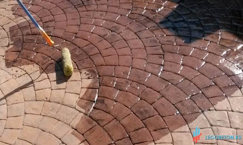 обработка печатного бетона и тротуарной плитки упрочняющим лаком